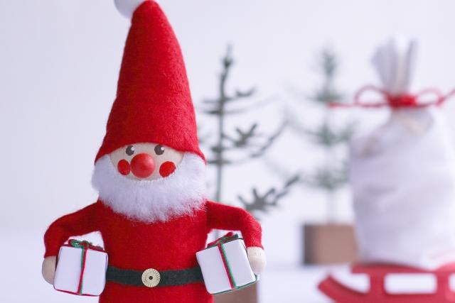 サンタとプレゼントの画像